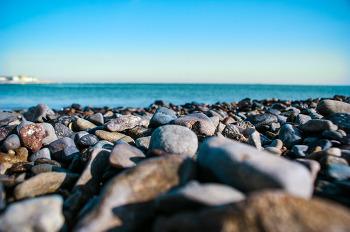 파란빛의 몽돌 해변의 자갈 그리고 하늘과 바다