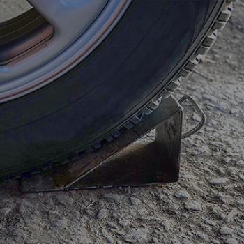 [운전자 상식 퀴즈] 경사진 주차장에 주차 시 반드시 설치해야 하는 '이것'은 무엇일까? 하준이 법 알아보기