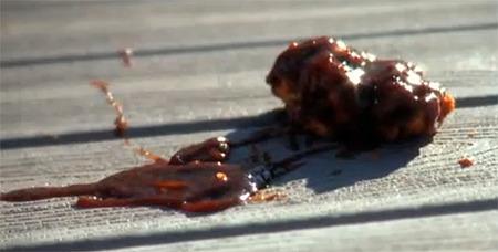 합성목재 데크에 바베큐 소스 등이 묻었을때 지우는 방법