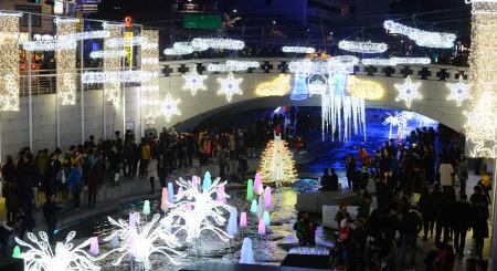 [경향신문 2015-12-12] 청계천을 빛으로 물 들이다…'서울 크리스마스 페스티벌' 대장정 막 올려