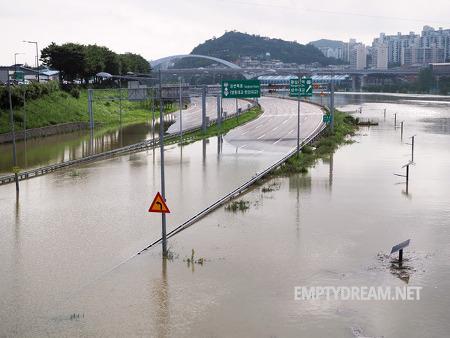 서울 청계천 중랑천 범람, 도로 산책로 등 침수 모습