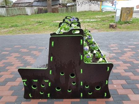 앉아서 꽃 향기까지 맡을 수 있는 공공 장소 화분 의자