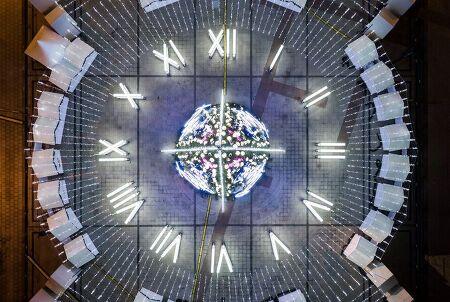 손목시계 모양 지름 50미터, 높이 27미터 크리스마스 트리