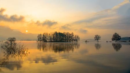 고요한 호수의 아침