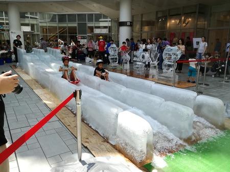 오사카 큐즈몰에 거대 얼음 미끄럼틀~
