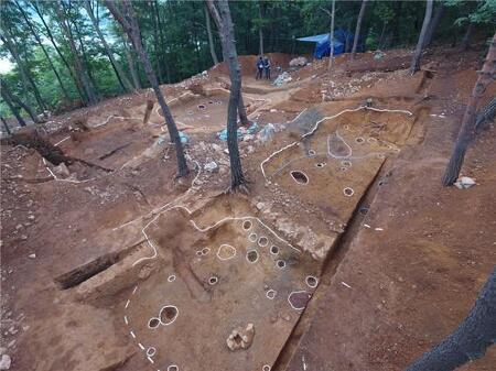 광개토대왕의 남침에 전전긍긍하던 시기의 한성백제군의 막사가 발견됐다
