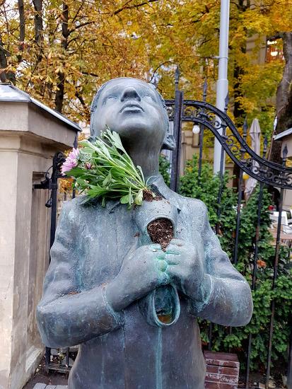 빌뉴스 로맹 가리 고무신에 꽃이 자라고 있다