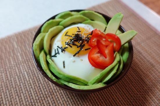 맛있는 한 그릇 '토끼(모양) 아보카도 덮밥'