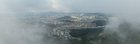 안개 걷히는 산에서 내려다 본 서울 풍경