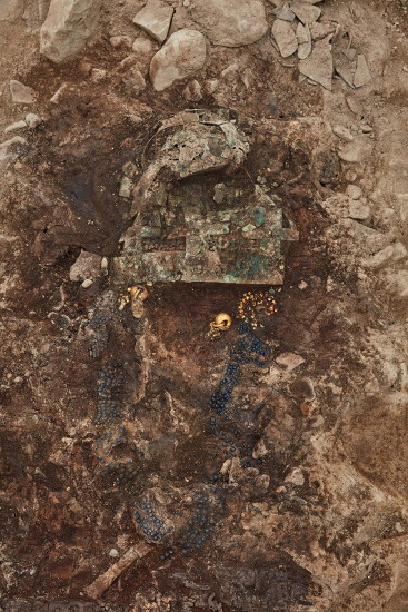 금은동 명품으로 치장한 1500년전 신라인…170cm 장신 여성이었다