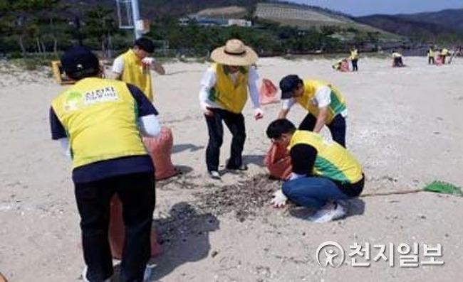 신천지자원봉사단 동해,찜통더위에 뜨거운 모래사장 위 오물 청소