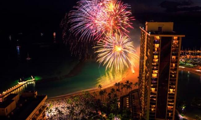 밤이 아름다운 와이키키 해변의 불꽃놀이 - 하와이에서 놓치기 아까운 이벤트: 시간 & 장소 정보
